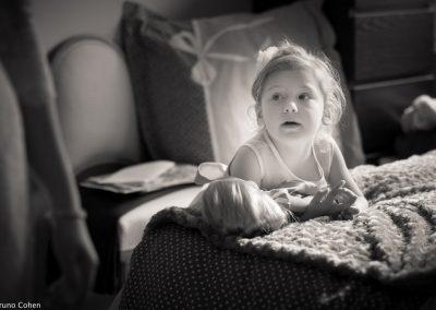 enfant regardant les preparatifs