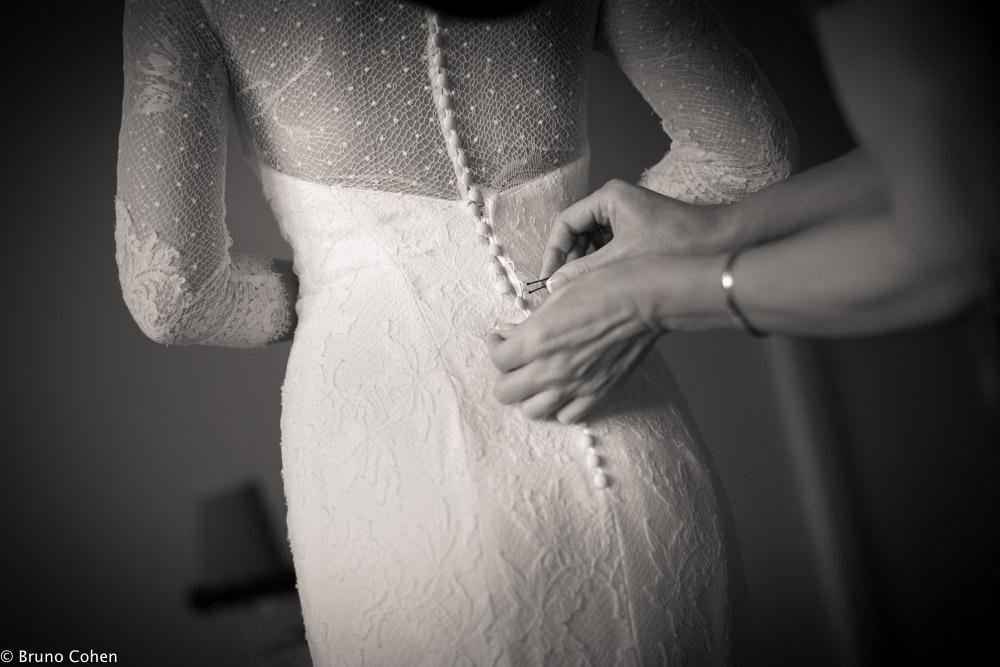 details sur les boutons de la robe de mariee