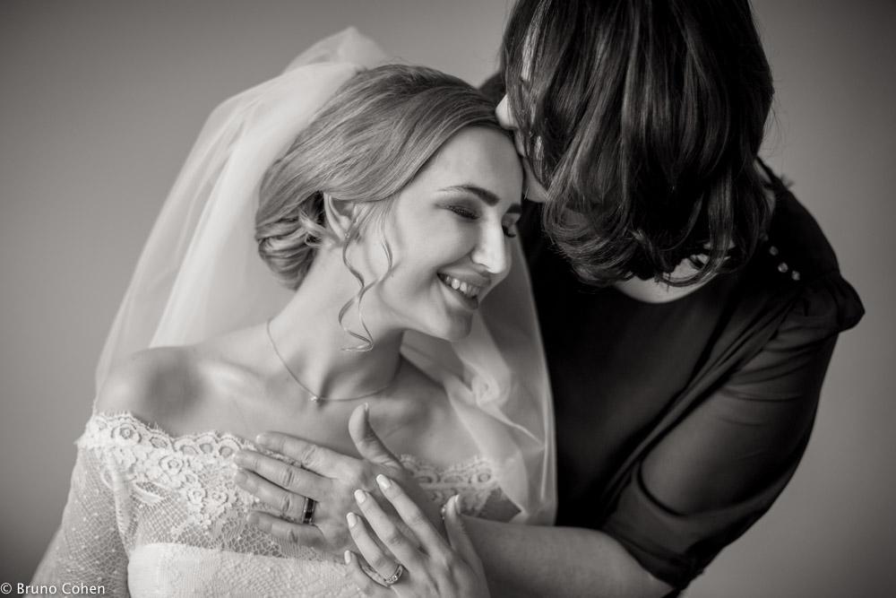 maman de la mariee embrasse sa fille tendrement