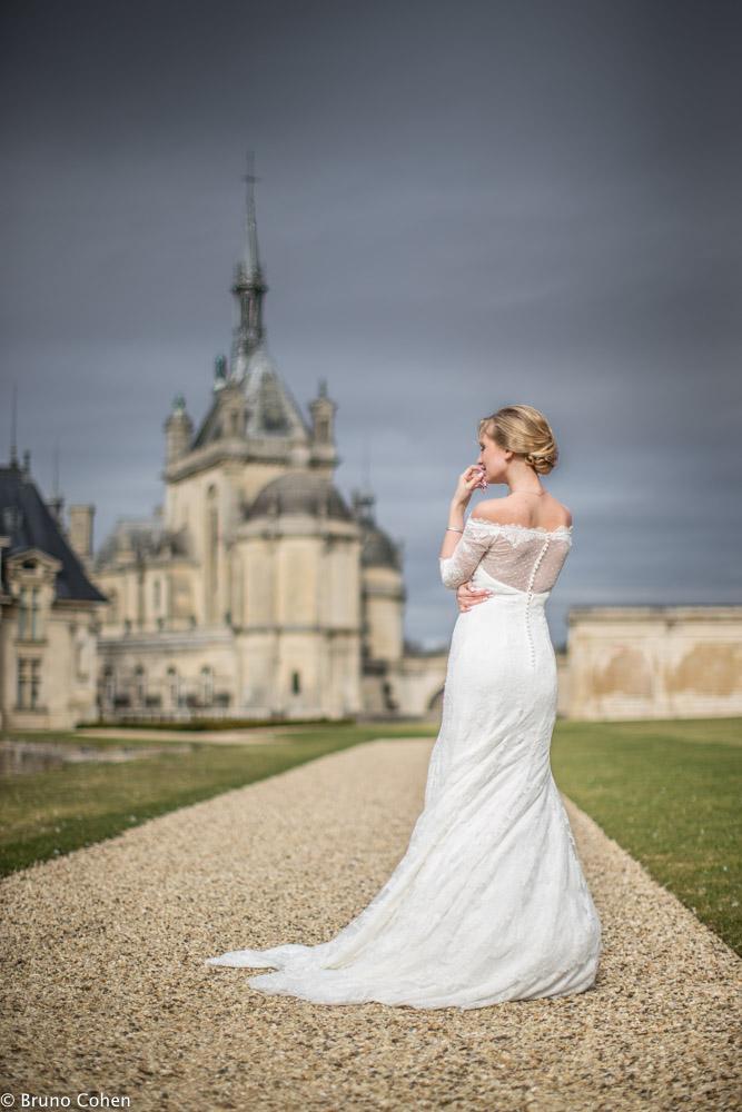 mariee prend la pose devant le chateau de chantilly