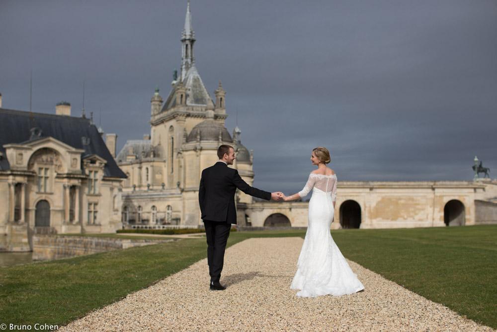 portrait de couple devant le chateau de chantilly