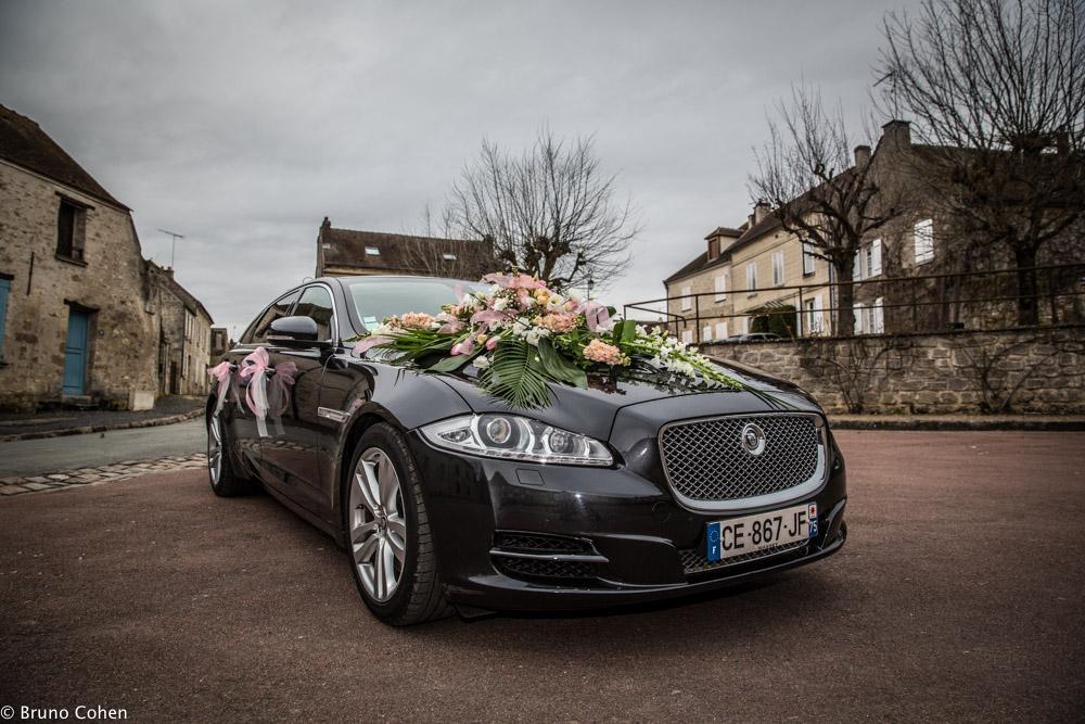 voiture des mariees decoré de fleurs