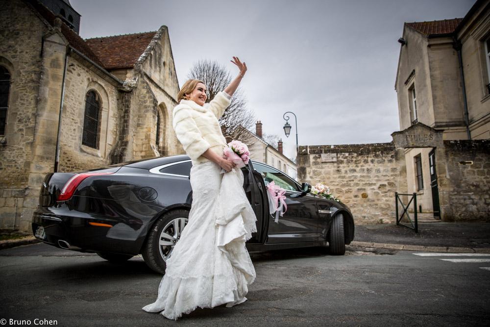 mariee devant sa voiture salue ses invites