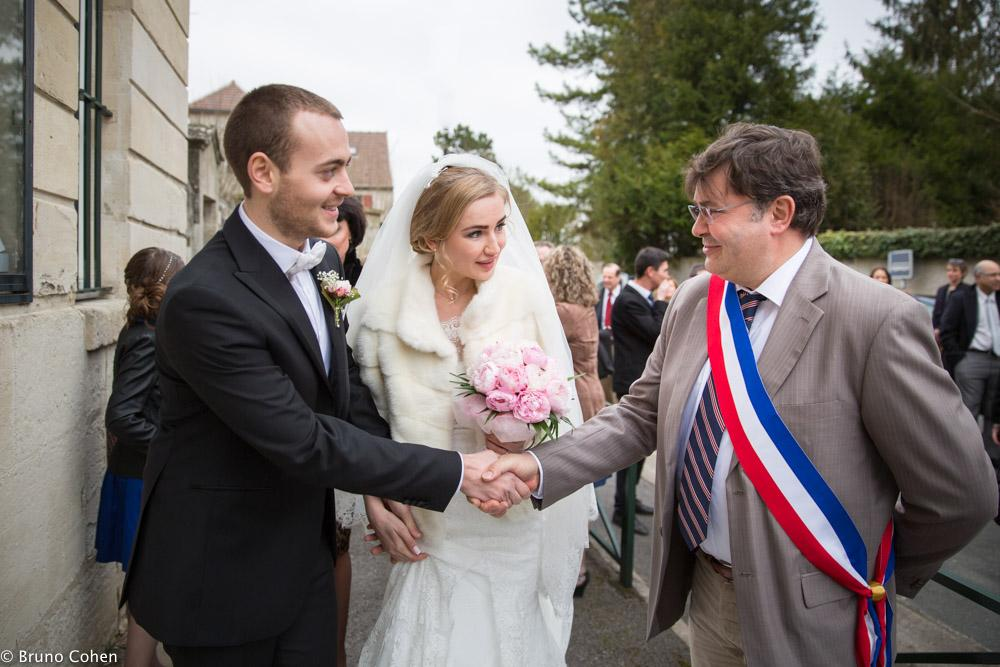 maries saluent le maire avant de rentrer dans la mairie