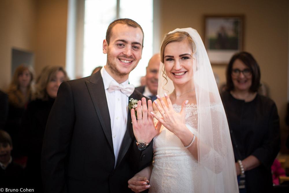 maries montrent leurs alliances devant l'objectif