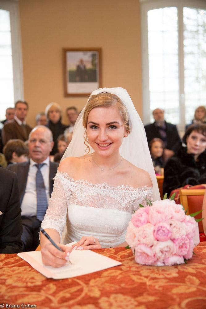 mariee signe le registre apres la ceremonie civile