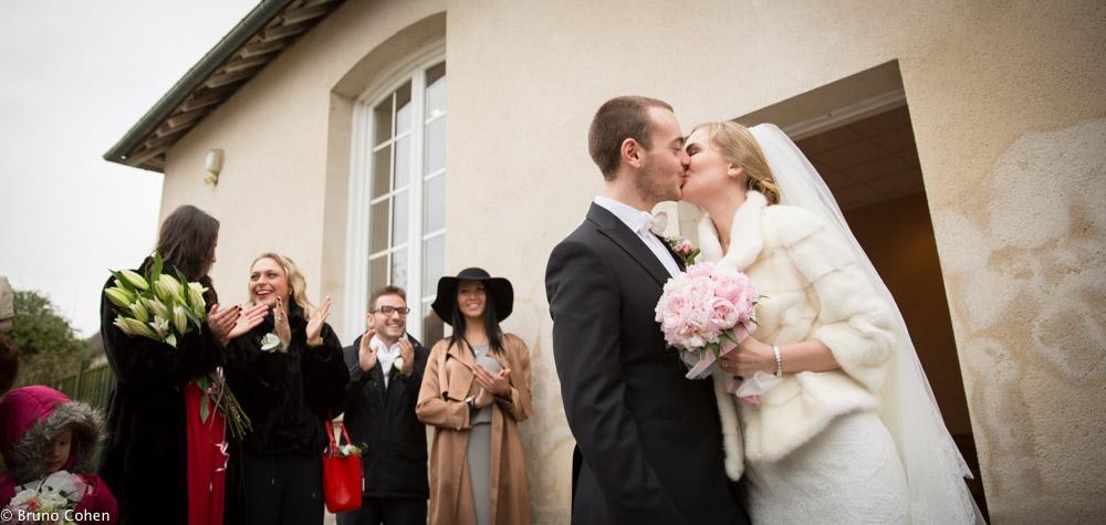 maries s'embrassent devant la mairie et les invites