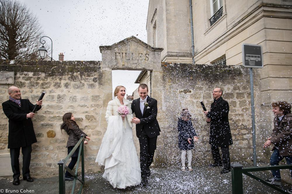sortie de mairie sous les confettis lancés par les invites