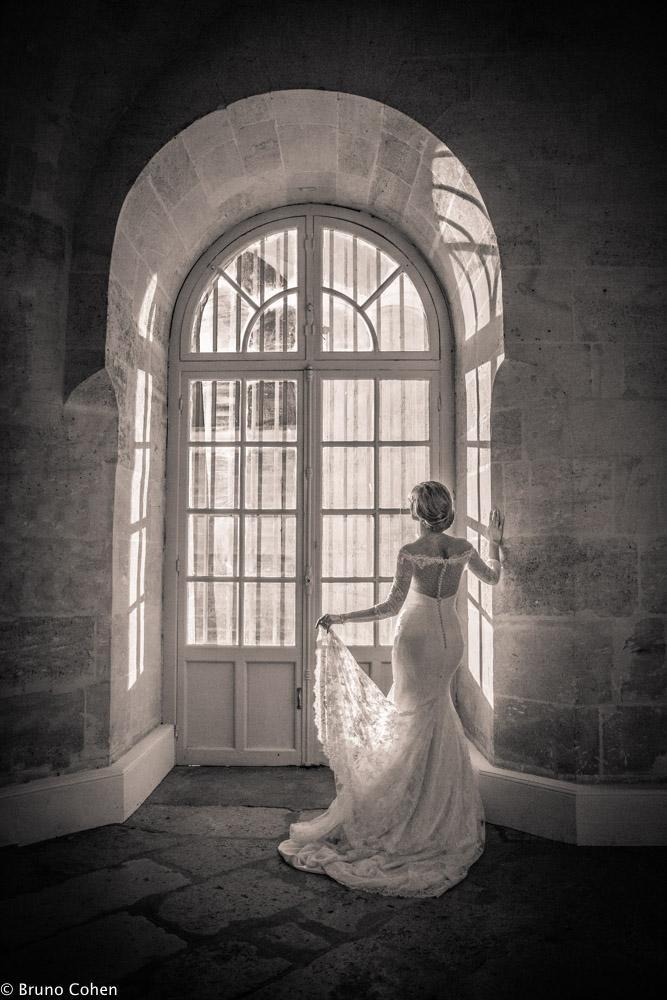portrait de la mariee devant une fenetre du chateau de chantilly