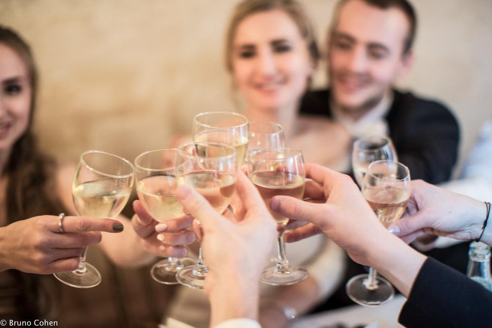 les maries et invites trinquent