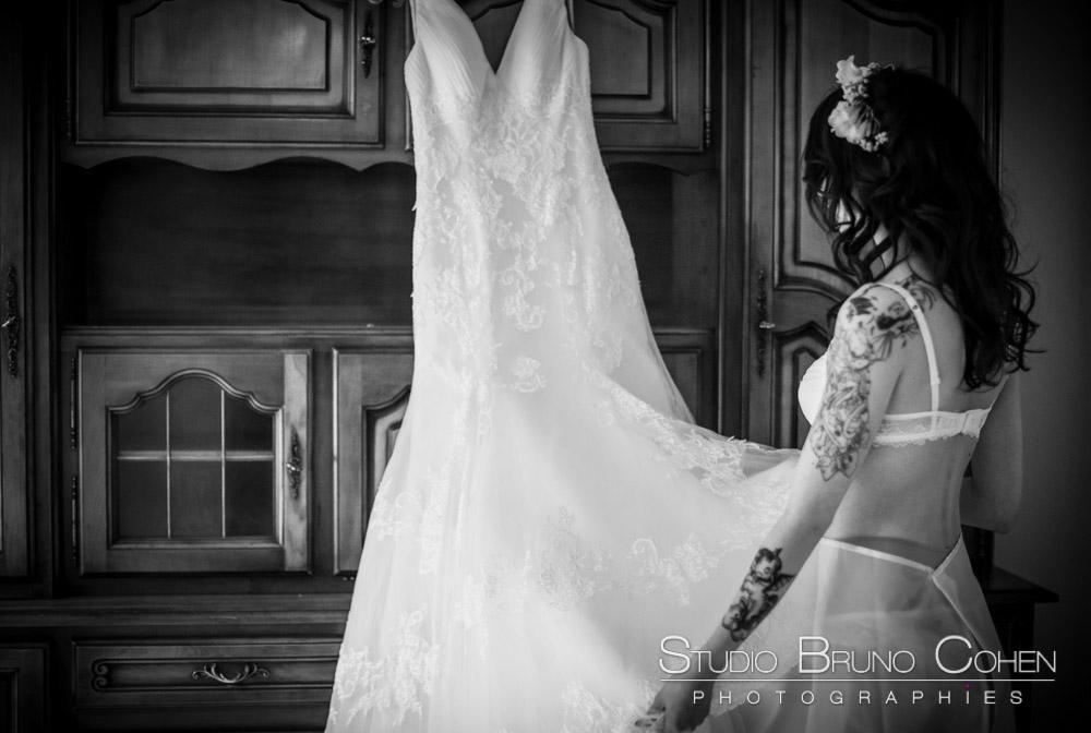 mariee avec sa robe dans les mains