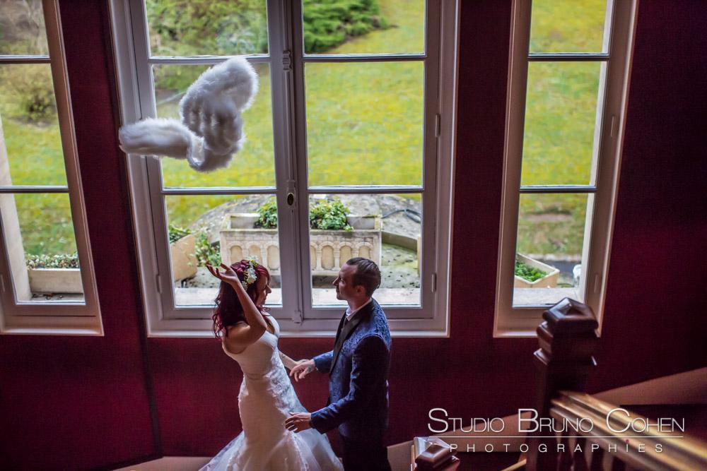 portraits des maries devant une fenetre du chateau