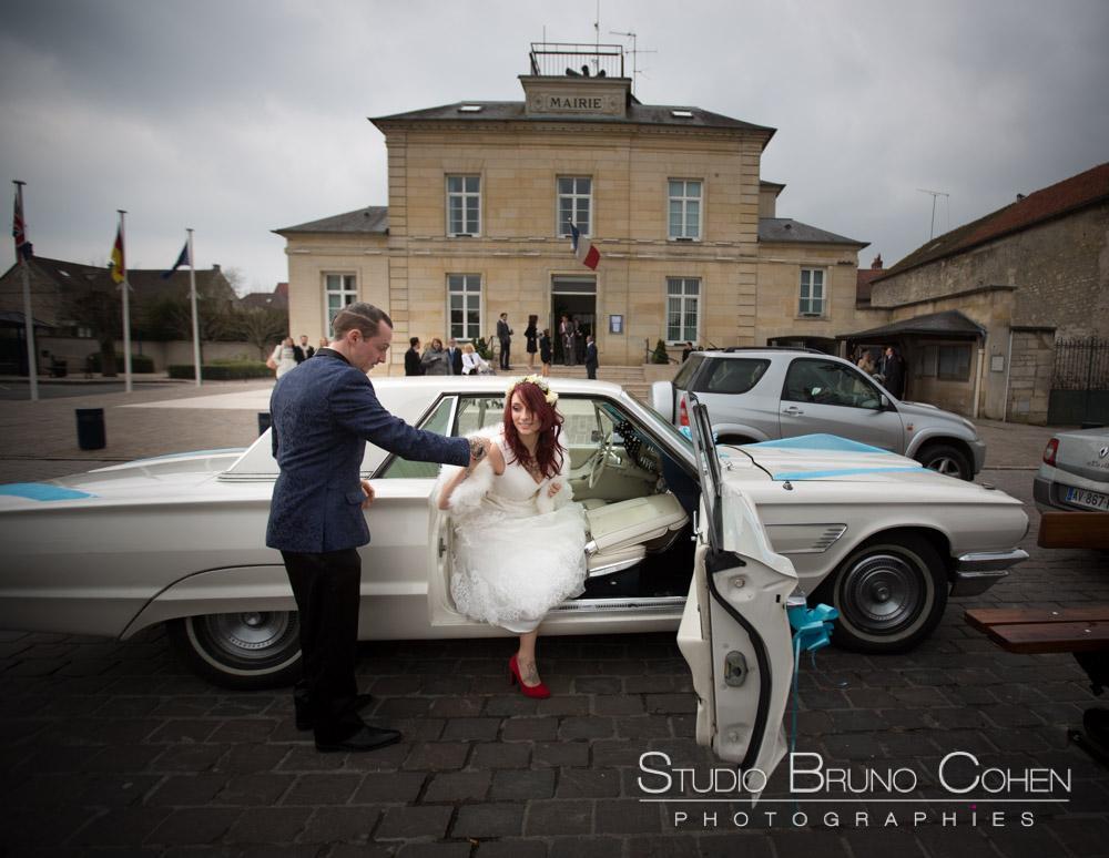maries sort de la voiture pour aller a la mairie