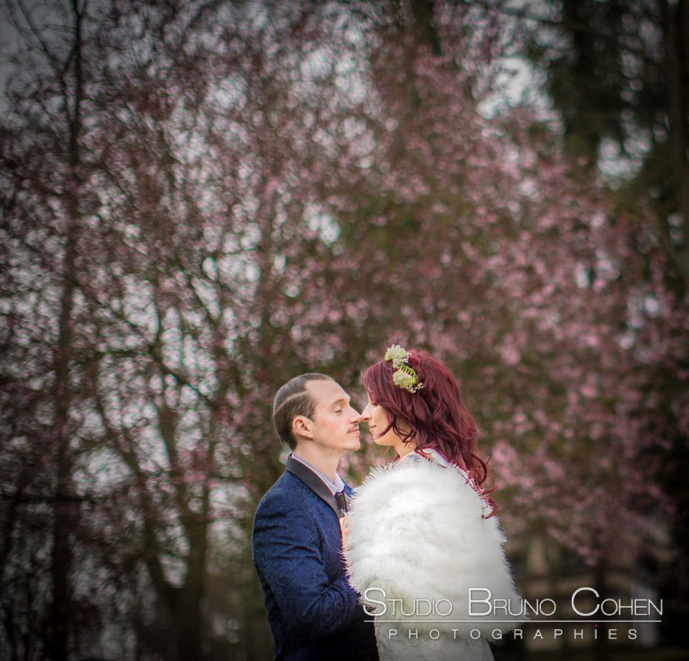 portrait de couple devant les arbres fleuris