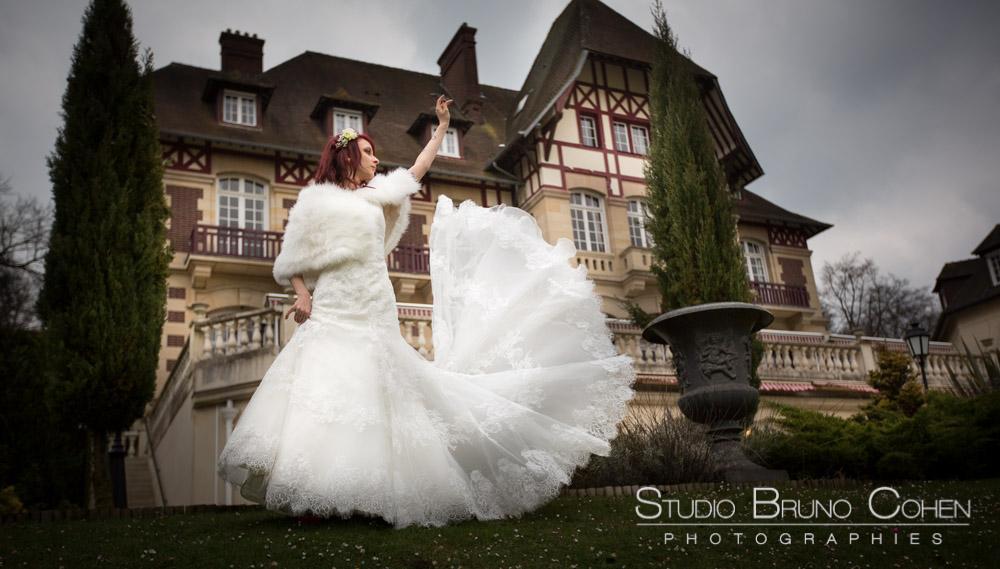 mariee joue avec sa robe devant le chateau