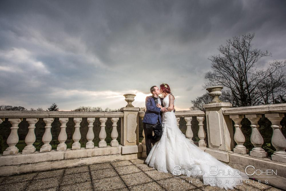 maries s'embrassent sur la terasse