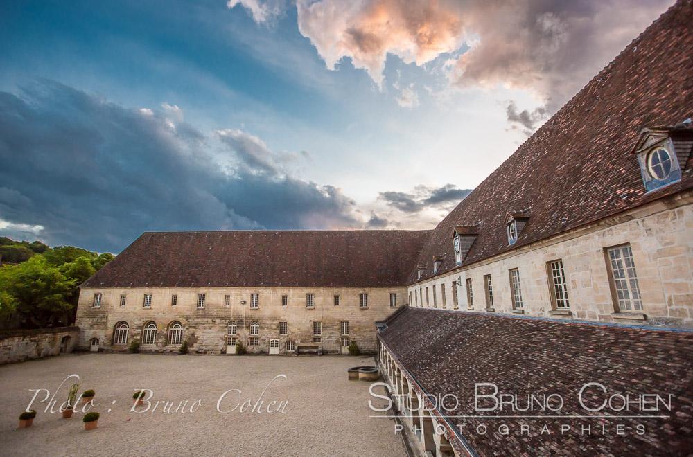 Abbaye royale du Moncel, la cour au crépuscule