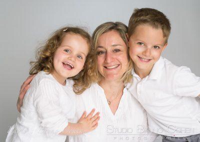 photographe portrait famille maman et enfantsfond blanc