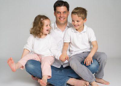 photographe portrait papa et enfants fond blanc