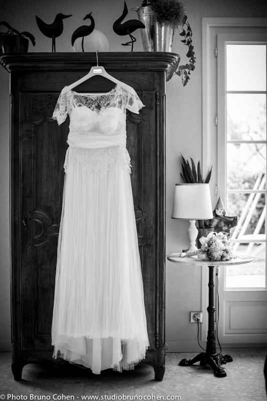 robe de la marie accrochee a l'armoire