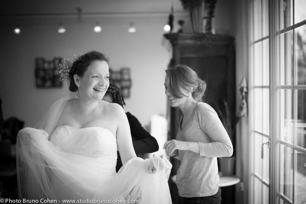 mariee rigole avec ses temoins lors de ses preparatifs
