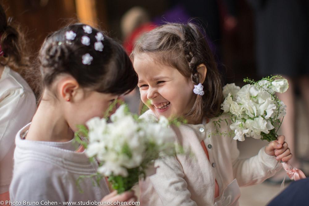enfants rigolent en attendant la ceremonie