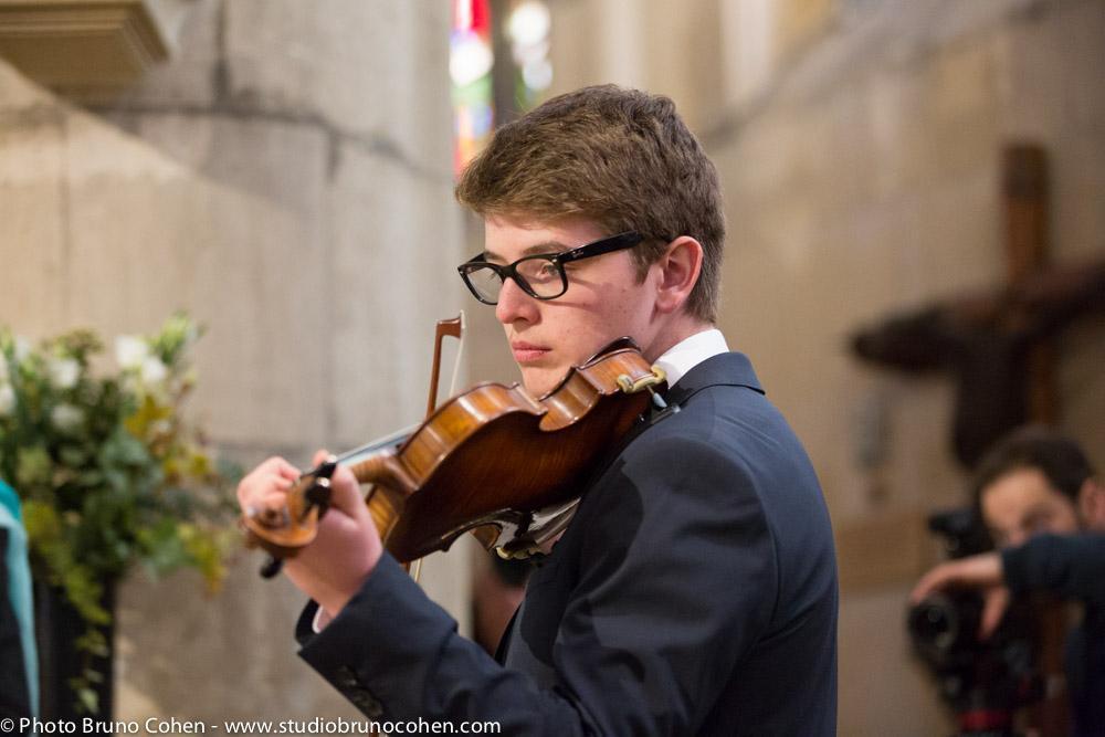 invite joue du violon lors de la ceremonie religieuse