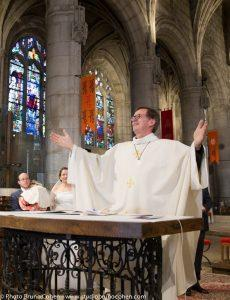 mariage-collegiale-montmorency-oise-couple-maries-pretre