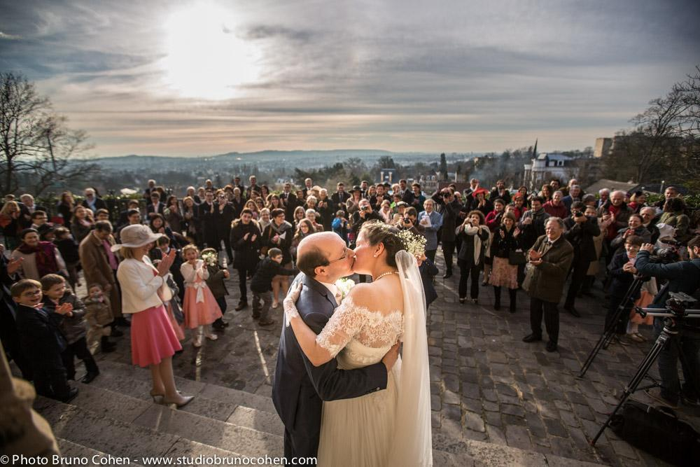 maries s'embrassent devant leurs invites apres la ceremonie religieuse