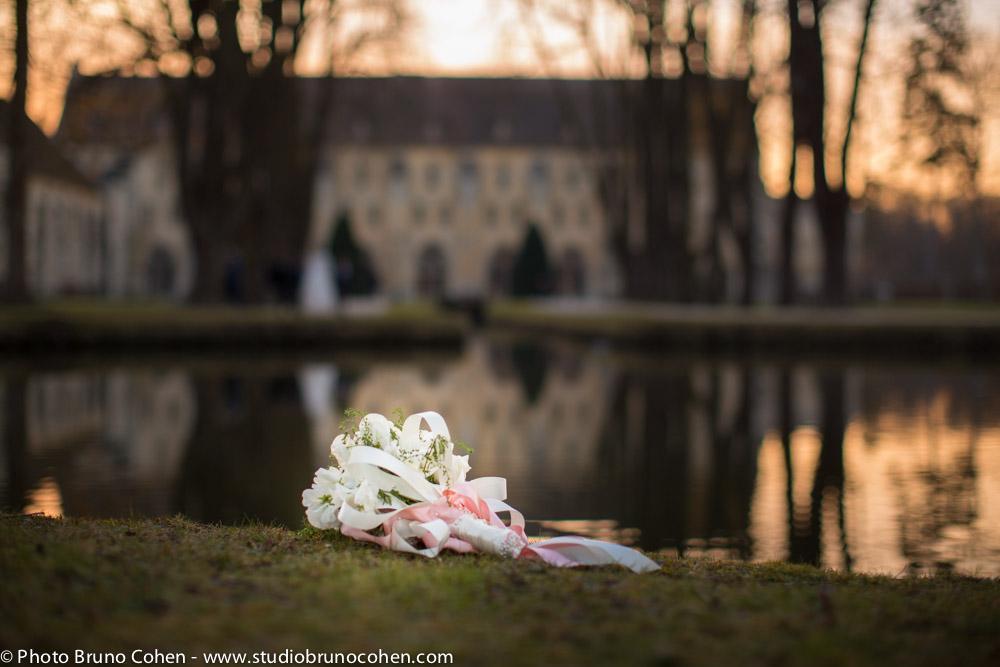 bouquet de la mariee pose sur le sol avec en arriere plan l'abbaye de royaumont