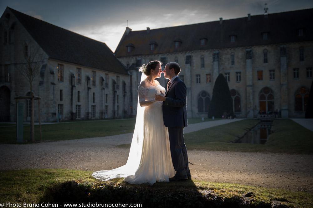 portrait de couple devant l'abbaye de royaumont