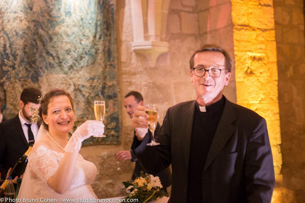 mariee trinque avec le prete a l'abbaye de royaumont