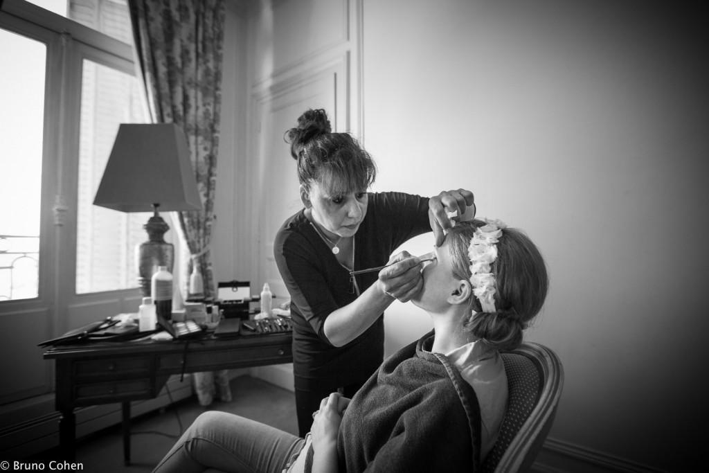 mariee se fait maquiller pour ses préparatifs