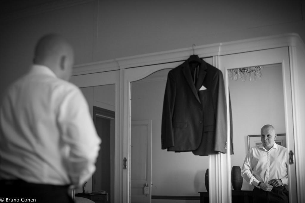 marie finit de mettre son costume