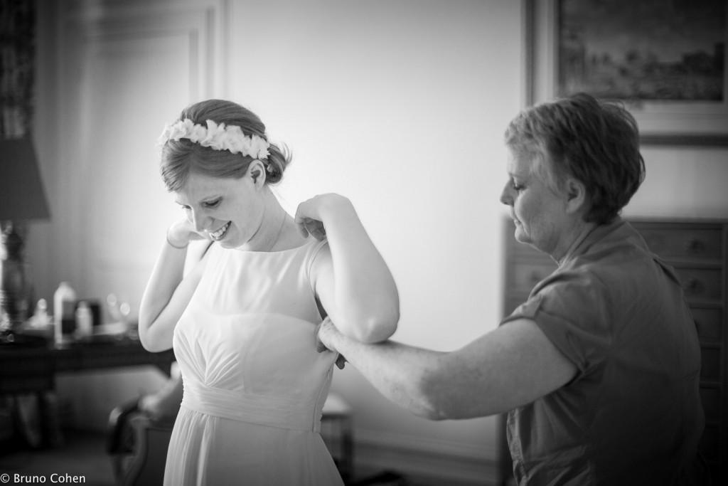 mariee avec son habilleuse