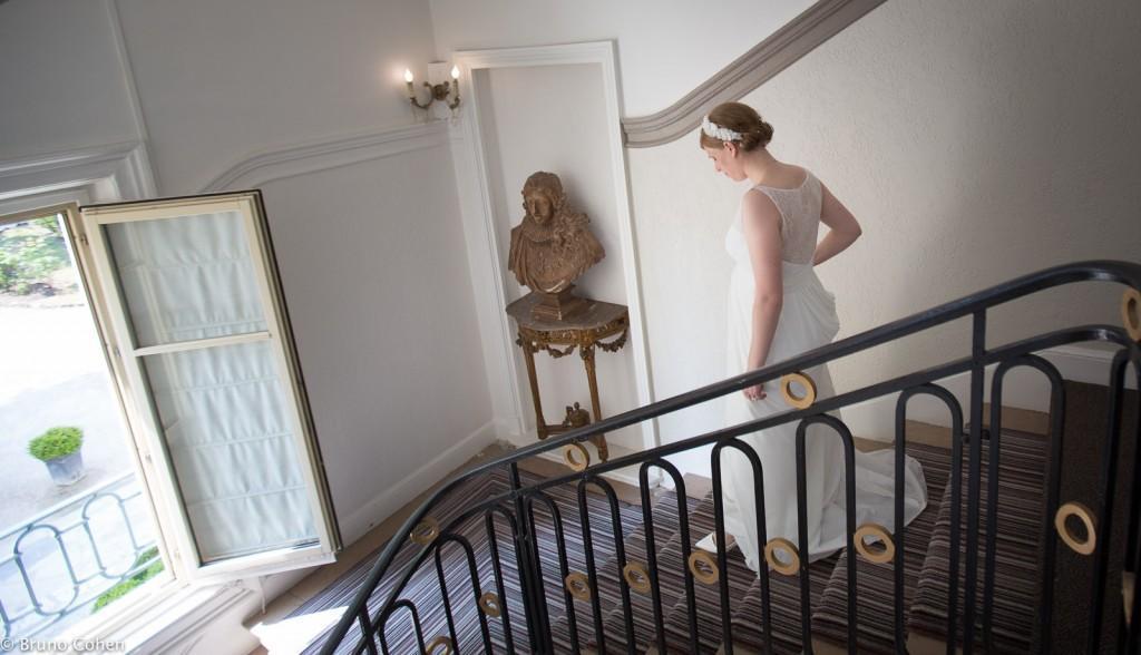 femme descend les escaliers du pavillon henri IV