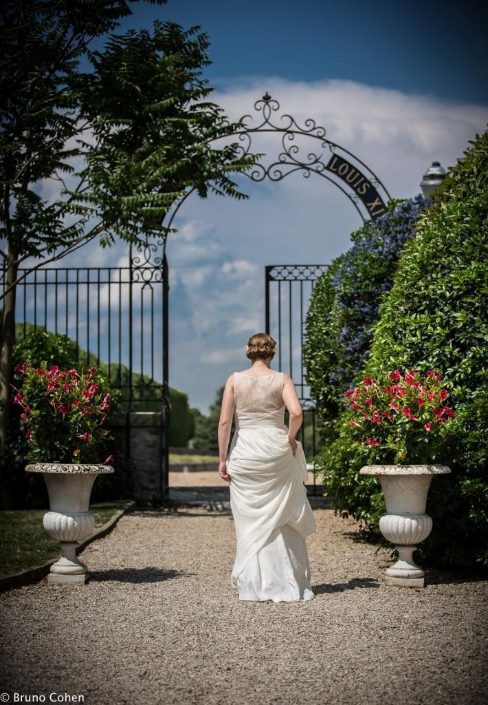 mariee dans l'allee d'un parc