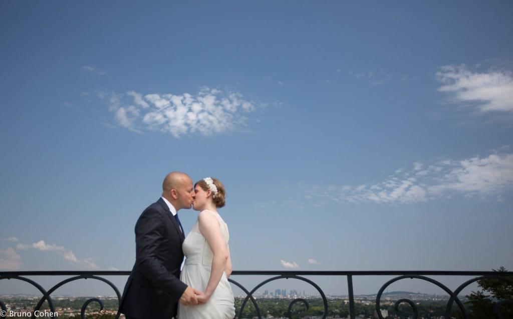 maries s'embrassent sur les hauteurs du parc du chateau de saint germain en laye