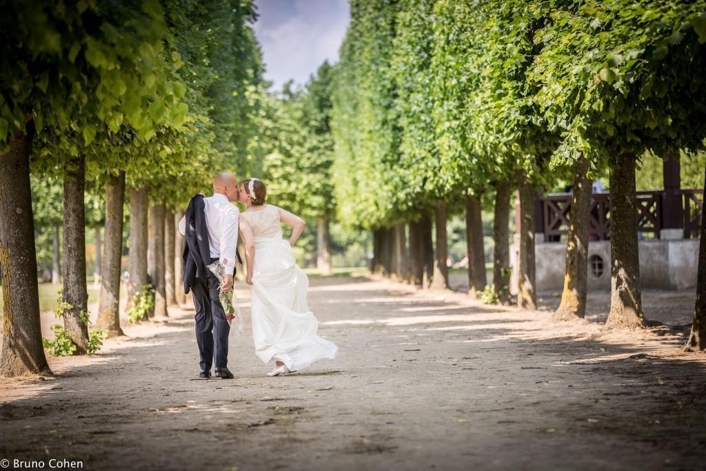 maries marchent dans le parc du chateau de saint germain en laye
