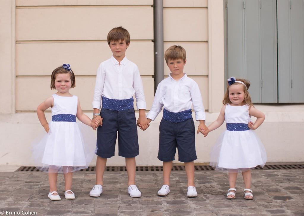 enfants d'honneur se donnant la main