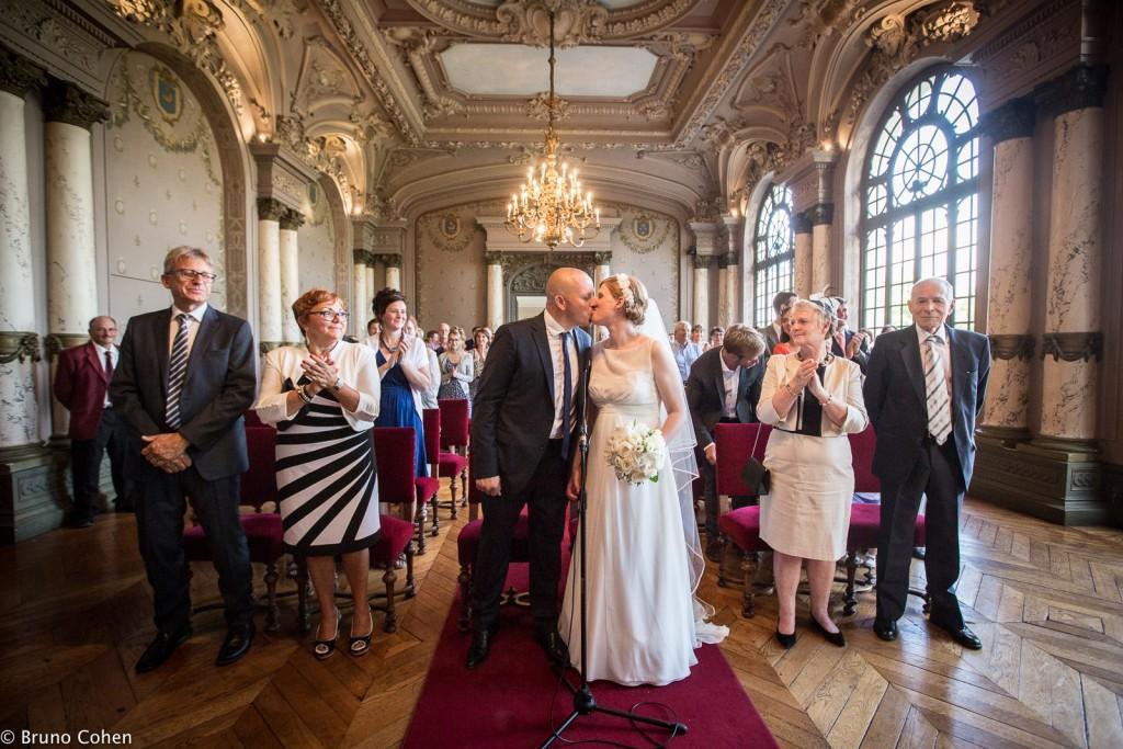 maries s'embrassent lors de la ceremonie