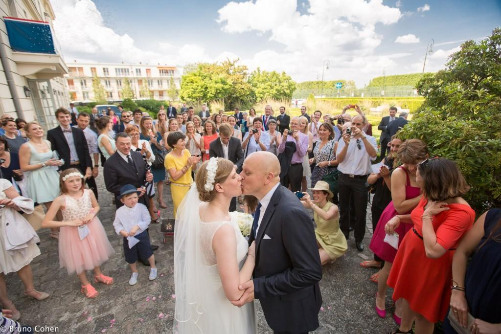 maries s'embrassent devant leurs invites