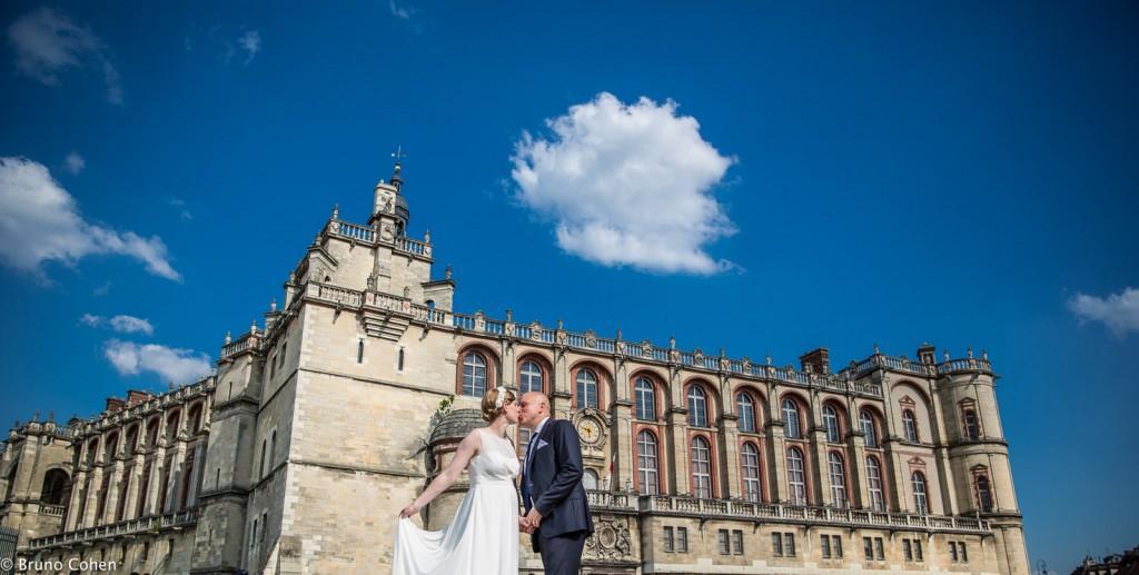 couple de mariés devant le chateau de Saint Germain en Laye avec un nuage blanc au dessus d'euxmariage pavillon henri IV