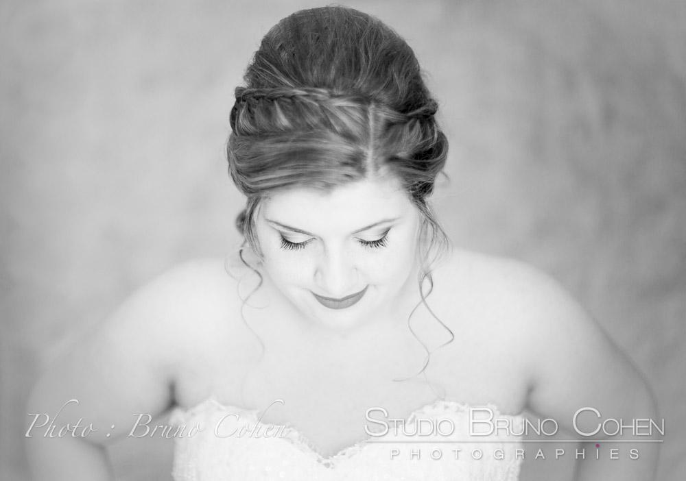 mariée baissant la tete montrant sa coiffure mariage - Datin coiffure