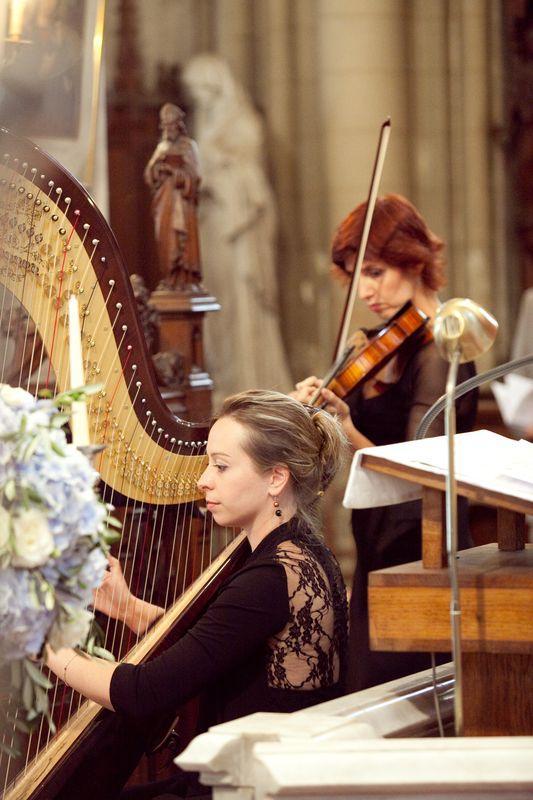 musiciens altiste ensemble althea pendant une ceremonie religieuse dans l'eglise d'Ermenonville