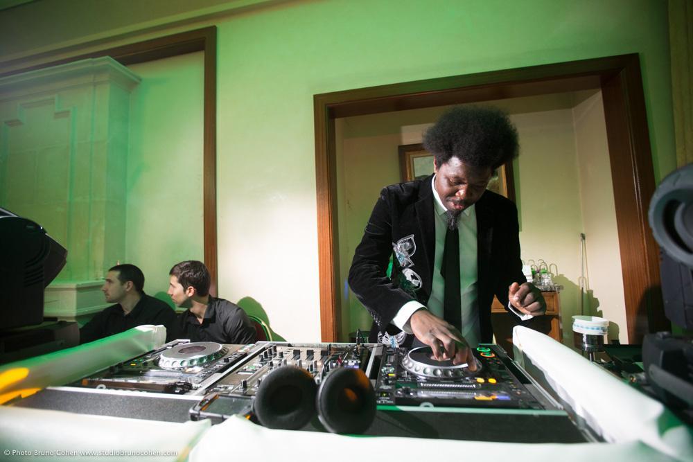 DJ en buste devant ses platines pendant une soirée music-partners-animation-mariage-evenement