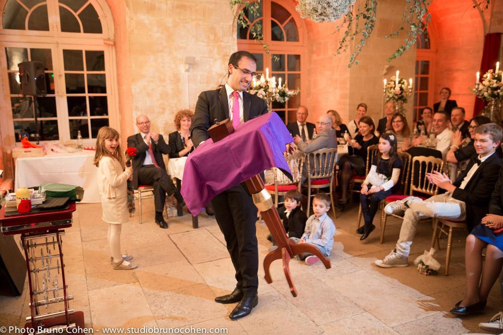 music partners magicien fait son spectacle devant les invites