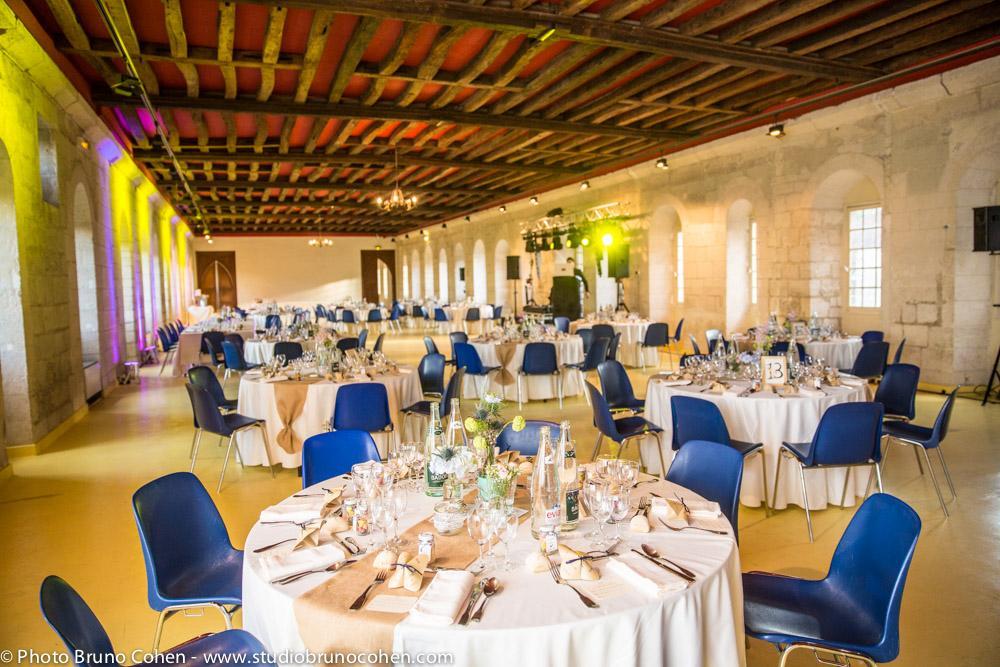 salle avec charpente décorée pour un mariage dans l'abbaye royale du moncel, pontpoint, oise lieu de reception partenaire du Studio Cohen