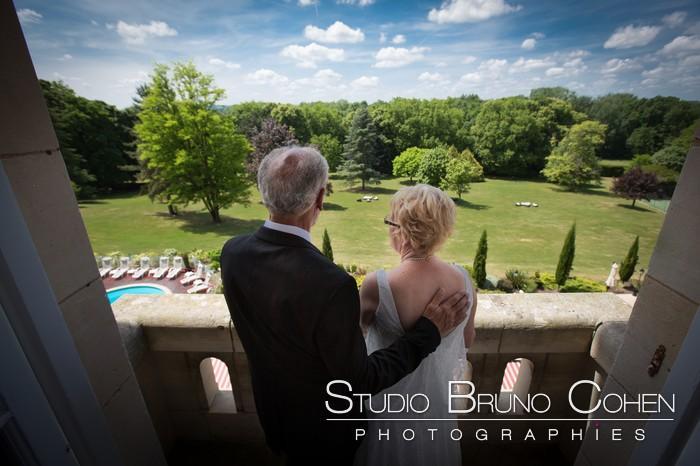 couple sur la terasse de sa chambre regardant le parc du chateau de la tour