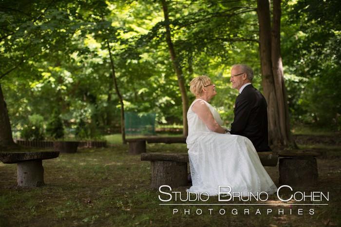 couple de marie sur un banc dans le parc du chateau de la tour